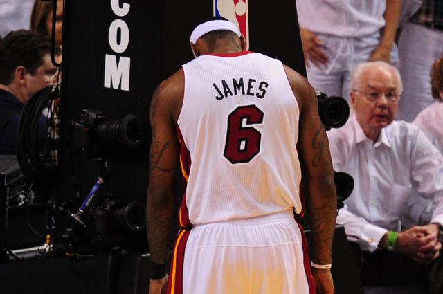 LeBron James of the Miami Heat pauses du
